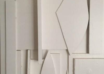 Détail de porte, composition en bois peint