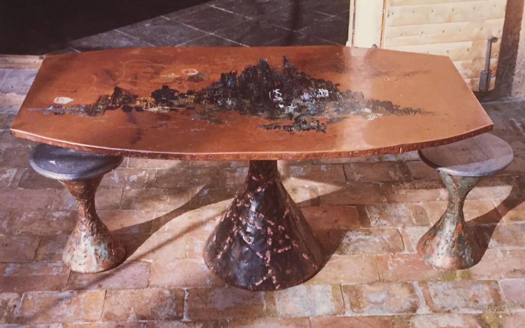 1965 – Table haute à un pied, plateau polygonal.