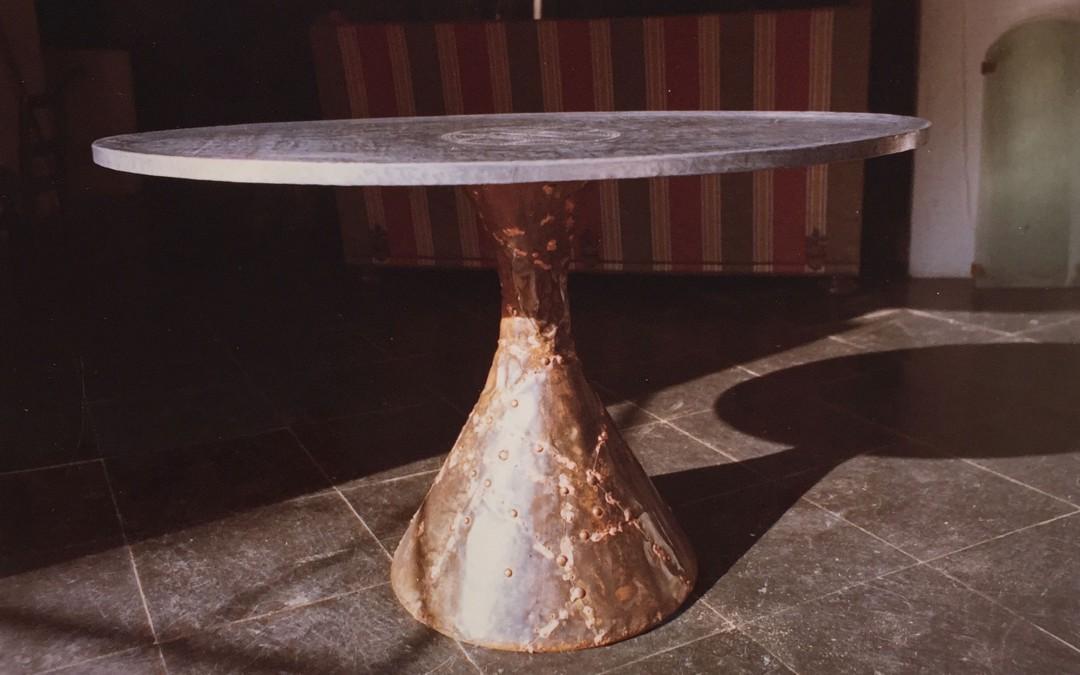 1965 – Table haute à un pied, plateau ovale.