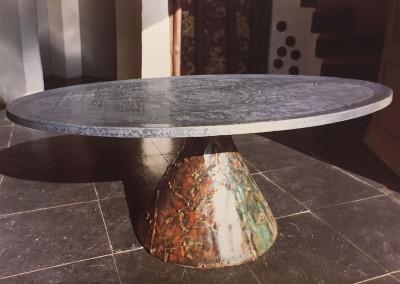 1965 – Table basse à un pied, plateau ovale