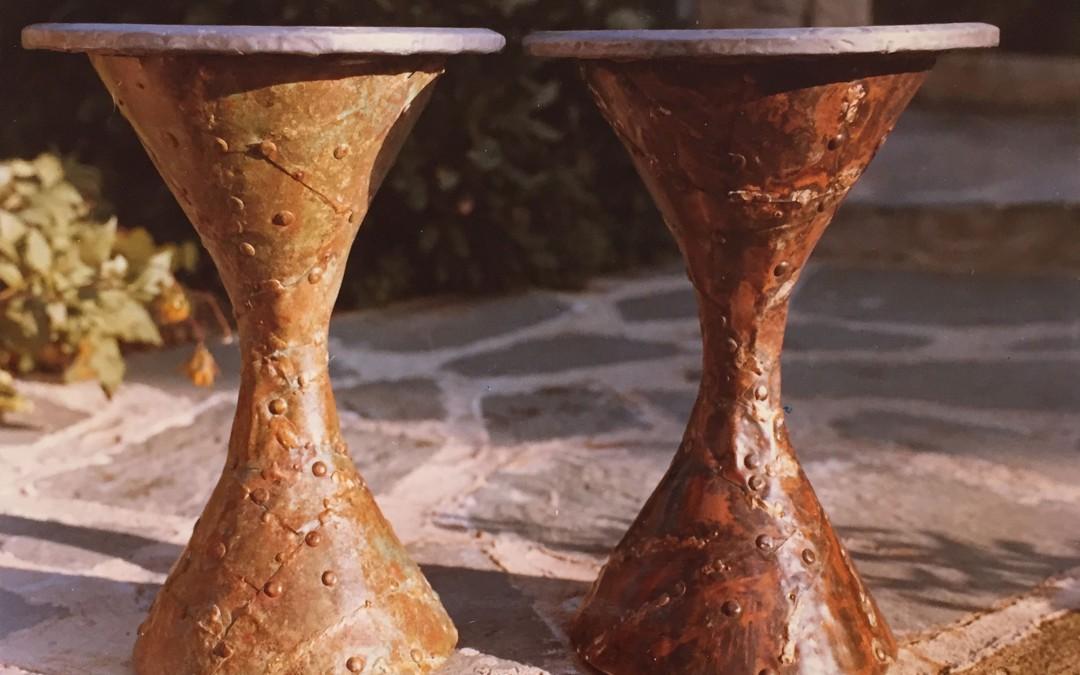 1965 – Tabourets: piètement en cuivre oxydé, assise en plomb gravé.