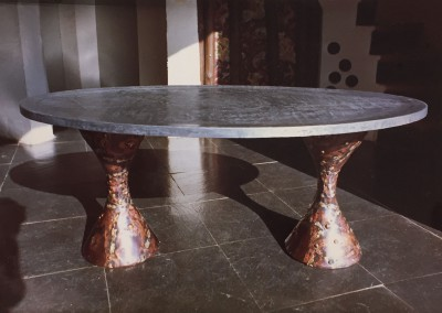 1965 – Table basse à deux pieds, plateau ovale