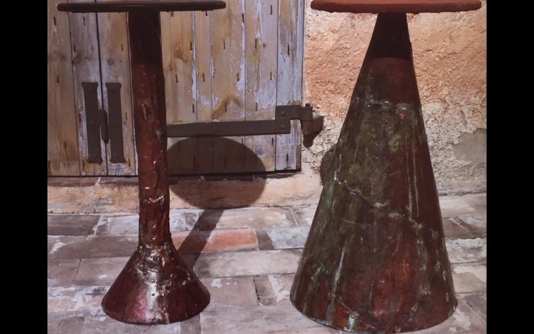 1965 – Tabourets de bar: piètement en cuivre oxydé, assise en bois et cuir.