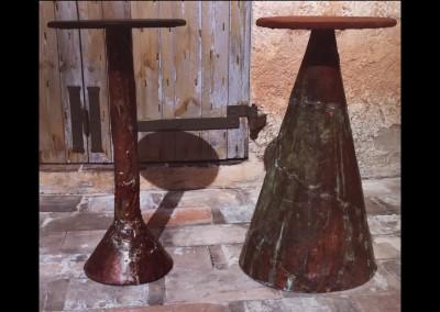 1965 – Tabourets de bar: piètement en cuivre oxydé, assise en bois et cuir