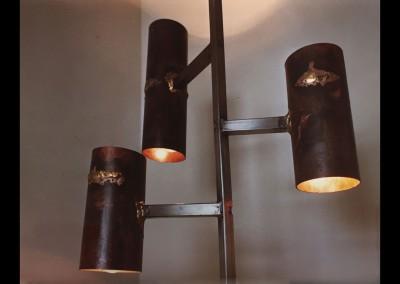 1965 – Lampadaire en acier poli et cuivre oxydé et patiné