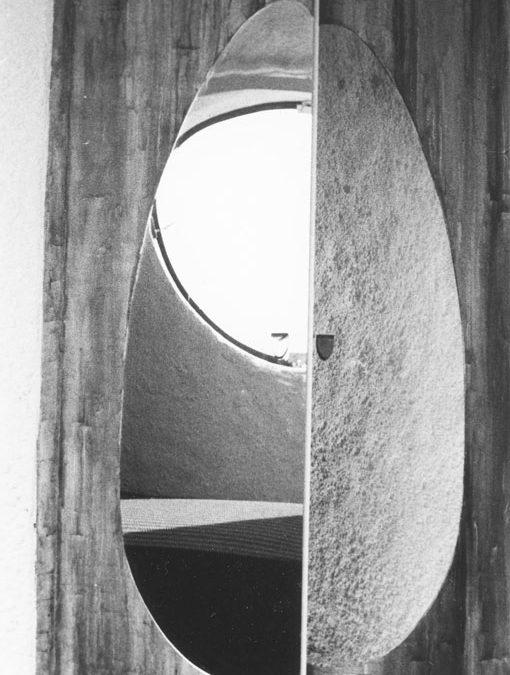 1976 – Jeux de portes. Lissieu. France.